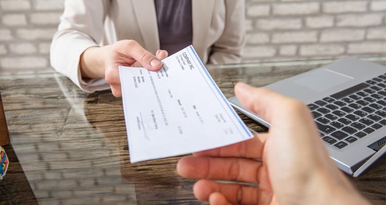 le-fisc-ne-veut-plus-enchaisser-de-cheque-de-plus-de-mille-euros